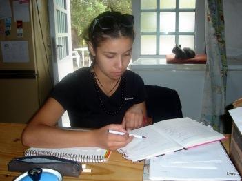 Debi, preparándose para el examen de francés.