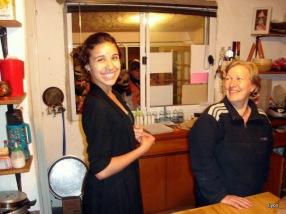 Debi y Ana posando para los campistas...