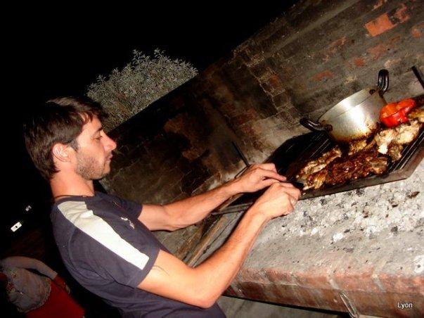 Juan dándole al asado
