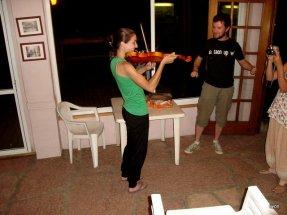 Martin enseñando a tocar el violin