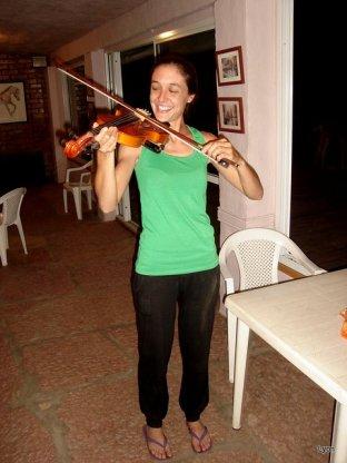 Lucia serruchando el violin jaja!!