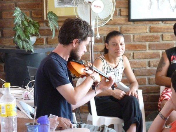 Martin y Viviana dandole a la musica irlandesa