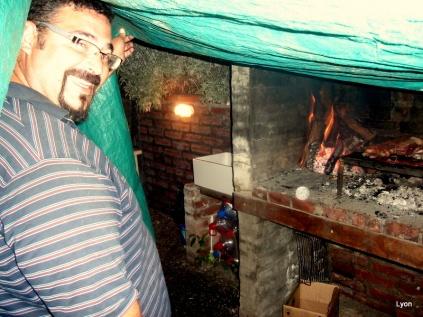 Nestor haciendo asado mientras llueve...