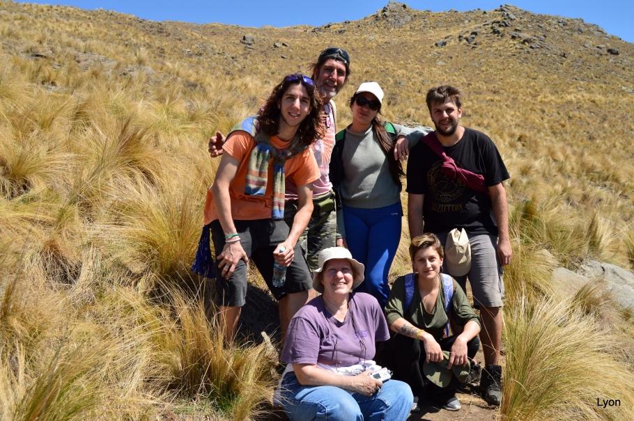 Paseando por el Cerro Áspero nos encontramos con estos chicos que iban a Pueblo Escondido.